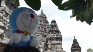 Boneka Doraemon di Prambanan