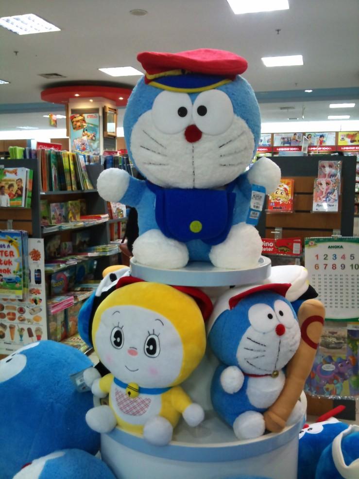 Boneka Doraemon Jadi Tukang Pos