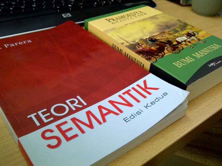 Sampul Buku: Teori Semantik & Bumi Manusia