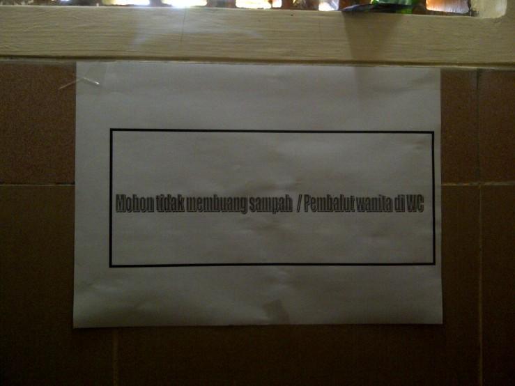 Di dalam sebuah toilet masjid universitas terkenal di Indonesia. Adakah keanehan?