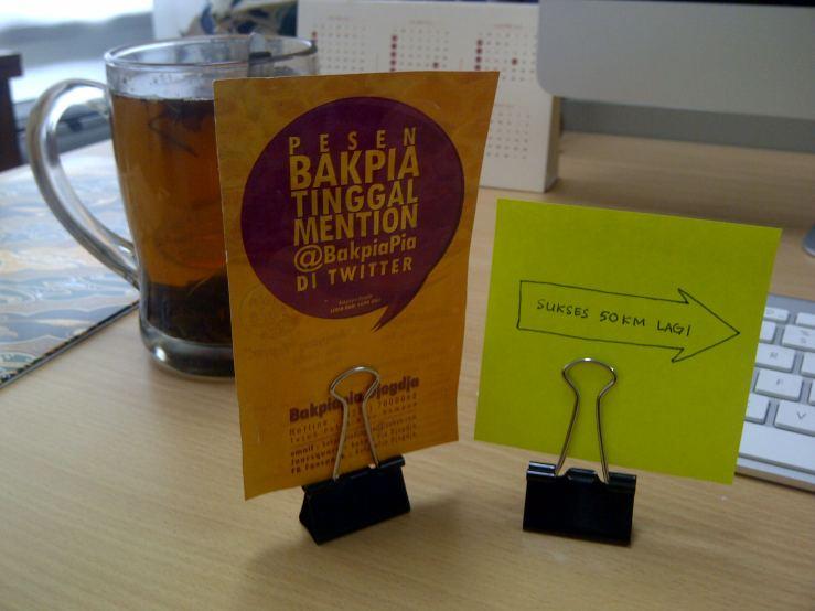 Klem kertas (binder clip) untuk menaruh kartu, brosur, atau kata penyemangat