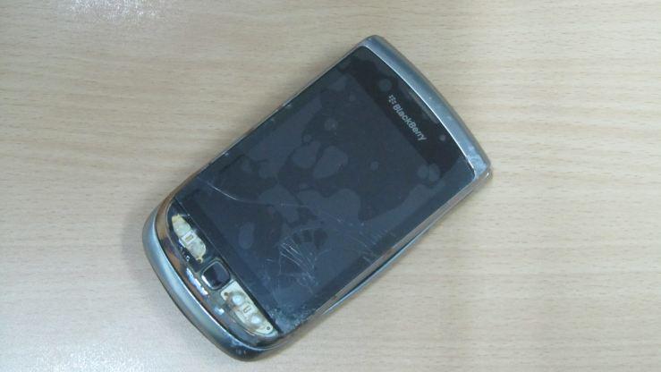 Ponselku pecah.